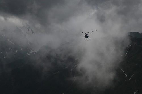 """084801<br /> """" class=""""alignnone"""" /></div> <p> 濃い霧や雲の間を掻い潜りながら、東邦航空アエロスパシアル式AS350B3エキュレイユは現れました・・・</p> <p> と、今日はヘリコプターの話題。<br /> 2週間に一度のヘリコプターによる空輸作業の日でした。</p> <p> 有視界飛行であるヘリコプターにとって、今日は朝から霧や雲、時には小雨交じりといった、飛行には不向きな空模様。今日は見合わせかな・・・と諦めていた昼下がり、決していい条件とは言えない視界の中を、「これからフライトです」との連絡。</p> <p>それから間もなくしてフライトとなり、敏腕パイロットの下、日没ぎりぎりまで空輸作業をして頂きました。<br /> 時には、強いにわか雨などで、やむを得ず中断を余儀なくされるなど、東邦航空のクルー、荷揚げの拠点である合戦小屋・有明荘のスタッフ等々、大変だったことと思います。何せ、燕山荘グループ3か所の荷揚げですから。</p> <p>結局、今日はすべての便数は終わらず、明朝引き続き荷揚げすることになったのですが、ほんと、今日は東邦航空のクルーの方々、悪条件の中お疲れ様でした。もちろん、合戦小屋・有明荘のスタッフの皆さんも。</p> <p></p> <div align="""