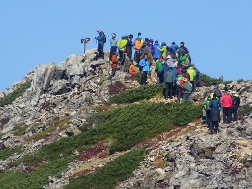 """4476<br /> """" class=""""alignnone"""" /></div> <p>昨年テレビ放映されました「山女日記」ご存知の方多いことと思いますが、この秋10月下旬に、その続編が放映されることになり、そのロケが昨日からここ大天井岳界隈で行われています。先にも述べましたが、昨日は悪天候のため、撮影がほとんどできなかったようで、今日はその分取り返すべく、早朝4時過ぎから一丸となってロケを敢行。<br /> 今日もここ大天荘に連泊にて、きっと夕方遅くまで頑張られることでしょう。ねぎらいの意味も込めて、今夜もふんだんに芋煮を召し上がって頂こうと思います。</p> <p></p> <nav class="""