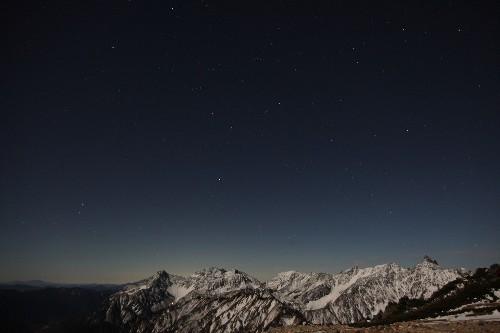 """359801<br /> """" class=""""alignnone"""" /></div> <p>今日一日の終わりに、ようやく撮れたこの2枚。私にしてみれば精一杯のシャッター押しでした。</p> <p>でも、月夜に照らされる槍穂がきれいでした。</p> <p>それにしてもさすがは11月。<br /> 寒風吹きすさぶ夜は、体に堪えます。</p> <p> さぁて、明日も小屋閉め作業とヘリコプター作業に精を出すとしますか。</p> <p>でも、外に出て冷えた体を""""熱燗""""でちょっとやってから寝床に就くことにします・・・</p> <nav class="""