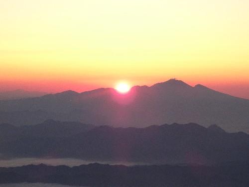 """<br /> """" class=""""alignnone"""" /></div> <p> 日の出は5時半ちょうどでした。浅間山の真上からになるのは秋分の日です。日の出を見て小屋に戻ってこられた方々は真っ先にストーブに手をかざして暖をとっていらっしゃいました。</p> <p></p> <div align="""